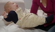 Les petites habitudes plaisantes d'un bébé de quatre mois